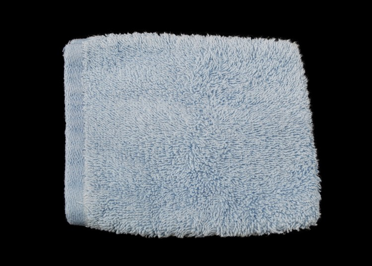 A blue cotton washcloth that's sewn into a pocket insert. So a hand goes inside the cloth,  making a full grip unnecessary.